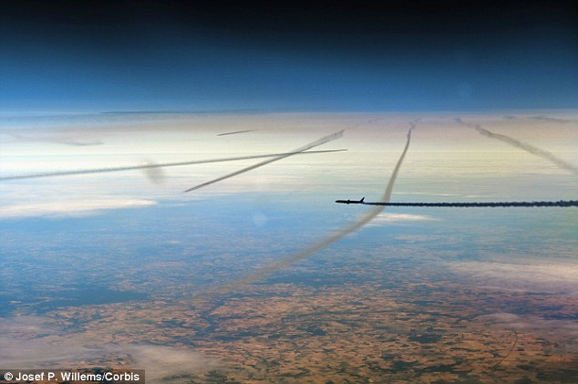 Mysterious Dark Line Shoots From Cloud at Honeymoon Beach Florida Article-0-1B22DF79000005DC-277_634x421