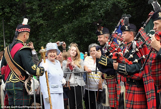 Isabel II, Reina de Gran Bretaña e Irlanda del Norte - Página 39 Article-2386875-1B33EC15000005DC-932_634x429