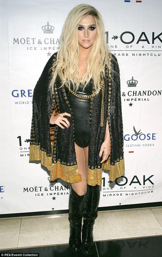Kesha >> Galería [Candids, apariciones, paparazzi, etc.] - Página 10 Article-2408952-1B94E32F000005DC-257_634x1008