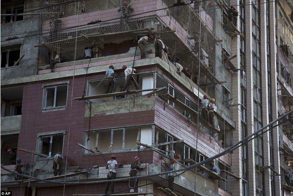 الحياة في كوريا الشماليه ..........متجدد  Article-2424516-1BDA944B000005DC-708_964x646