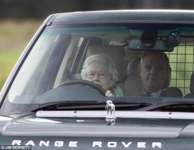 Isabel II, Reina de Gran Bretaña e Irlanda del Norte - Página 40 Article-0-181F15FB00000578-889_634x489