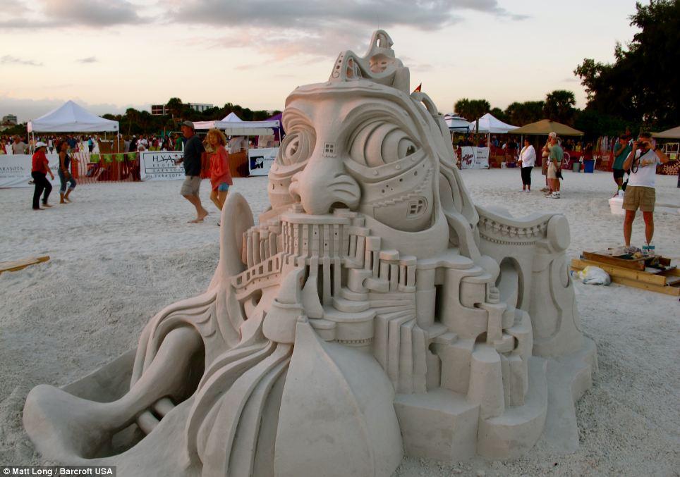 Les statues de sable  - Page 3 Article-2449499-1899D2D200000578-944_964x677