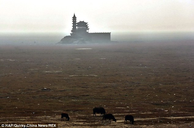 China's largest freshwater lake that is twice the size of London completely dries up due to drought Article-2543513-1AD8E4E200000578-469_634x420