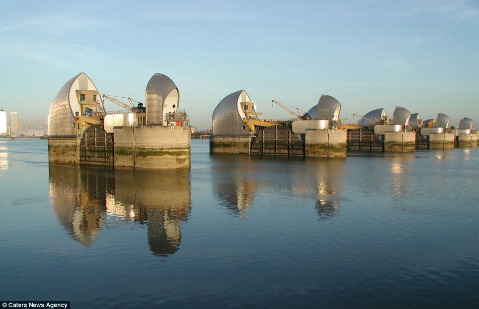 Thames Barrier  Article-2559399-1B7B961A00000578-584_964x623