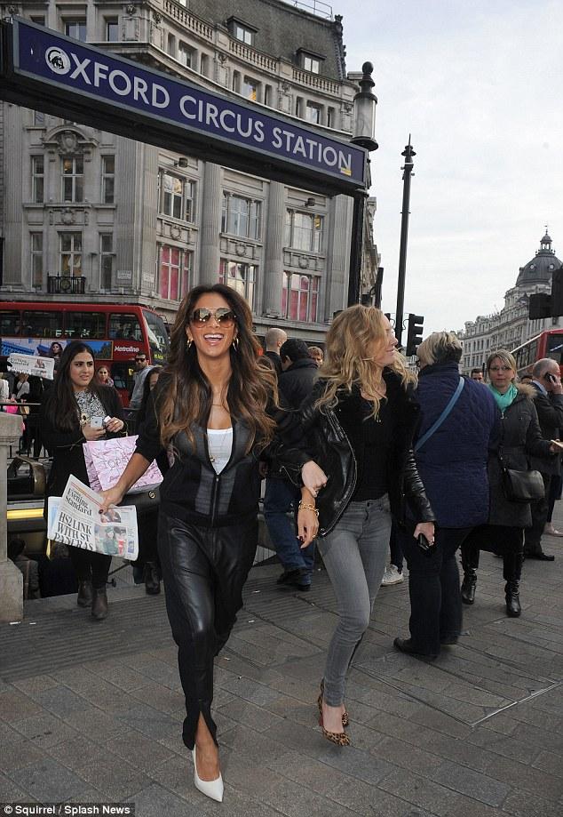 Nicole Scherzinger >> Candids/Apariciones/Shoots Article-2582919-1C5E67EC00000578-200_634x919