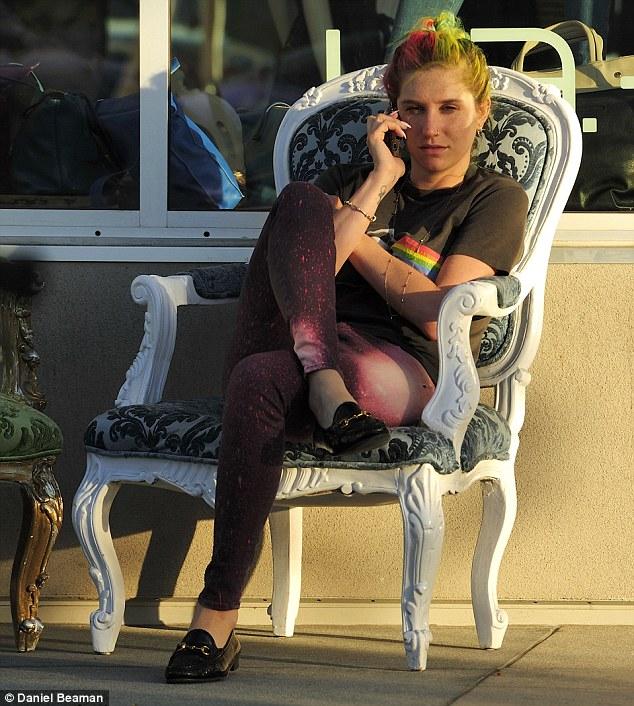 Kesha >> Galería [Candids, apariciones, paparazzi, etc.] - Página 11 Article-2594084-1CBCA72C00000578-475_634x706