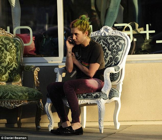 Kesha >> Galería [Candids, apariciones, paparazzi, etc.] - Página 11 Article-2594084-1CBCAC1C00000578-480_634x550