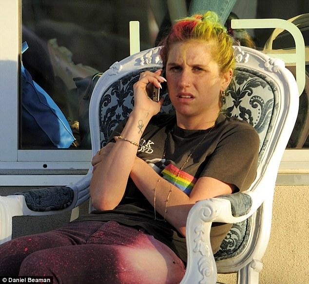 Kesha >> Galería [Candids, apariciones, paparazzi, etc.] - Página 12 Article-2594084-1CBCACD900000578-473_634x581