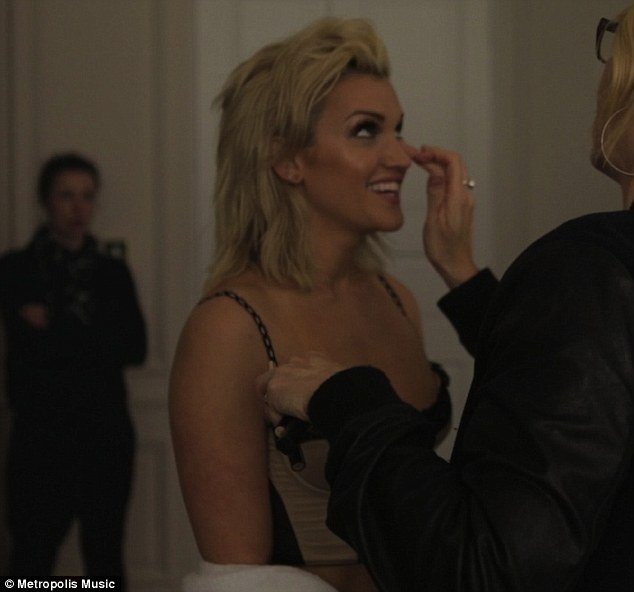 Single [Ashley Roberts] >> Clockwork Article-2601566-1CFE42ED00000578-779_634x592