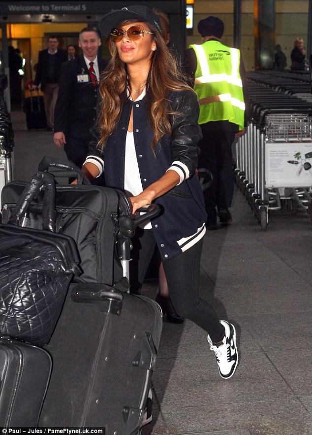 Nicole Scherzinger >> Candids/Apariciones/Shoots Article-2601577-1CFEF28D00000578-11_634x882