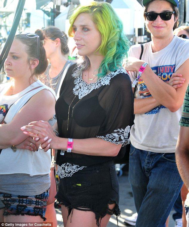 Kesha >> Galería [Candids, apariciones, paparazzi, etc.] - Página 11 Article-2603001-1D0AD32800000578-943_634x763