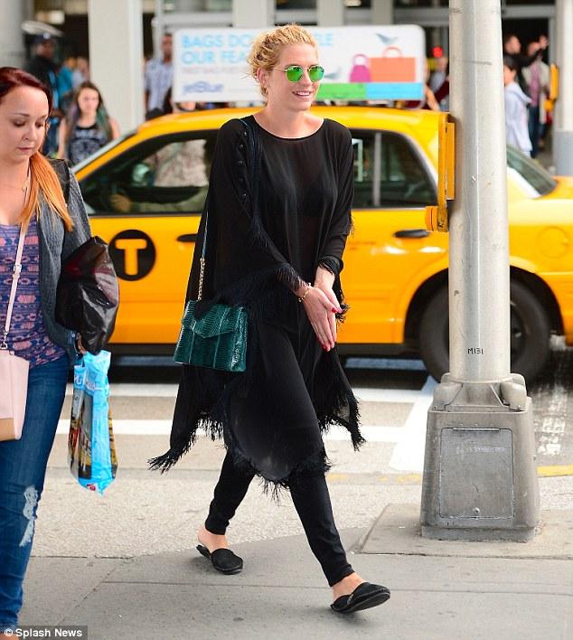Kesha >> Galería [Candids, apariciones, paparazzi, etc.] - Página 12 Article-2626712-1DC94F6B00000578-619_634x708