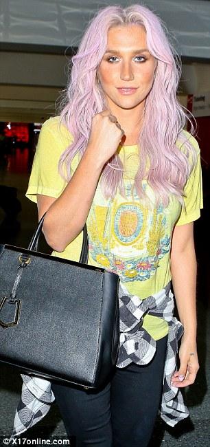 Kesha >> Galería [Candids, apariciones, paparazzi, etc.] - Página 12 Article-2631669-1DF4DEEF00000578-595_306x650