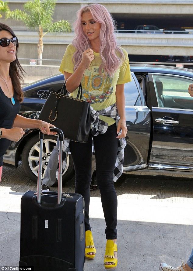 Kesha >> Galería [Candids, apariciones, paparazzi, etc.] - Página 12 Article-2631669-1DF4E04800000578-722_634x892