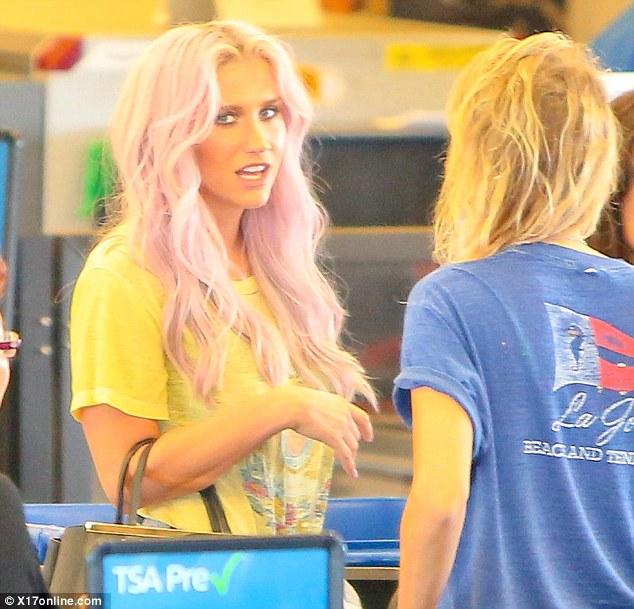 Kesha >> Galería [Candids, apariciones, paparazzi, etc.] - Página 12 Article-2631669-1DF4E05500000578-460_634x609