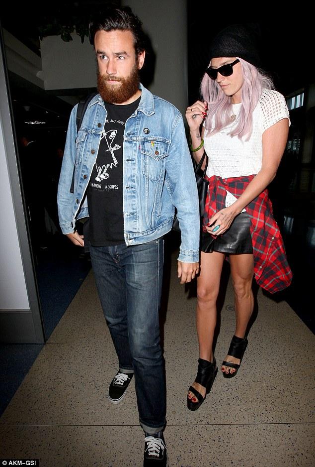 Kesha >> Galería [Candids, apariciones, paparazzi, etc.] - Página 12 Article-2636753-1E1E790600000578-786_634x938