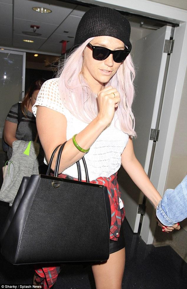 Kesha >> Galería [Candids, apariciones, paparazzi, etc.] - Página 12 Article-2636753-1E1E8D3000000578-501_634x978