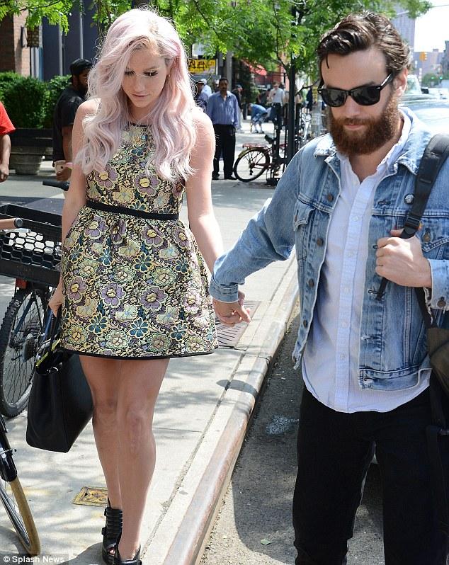 Kesha >> Galería [Candids, apariciones, paparazzi, etc.] - Página 12 Article-0-1E4FEB6E00000578-667_634x798