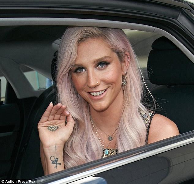 Kesha >> Galería [Candids, apariciones, paparazzi, etc.] - Página 12 Article-2643947-1E551AFE00000578-237_634x601