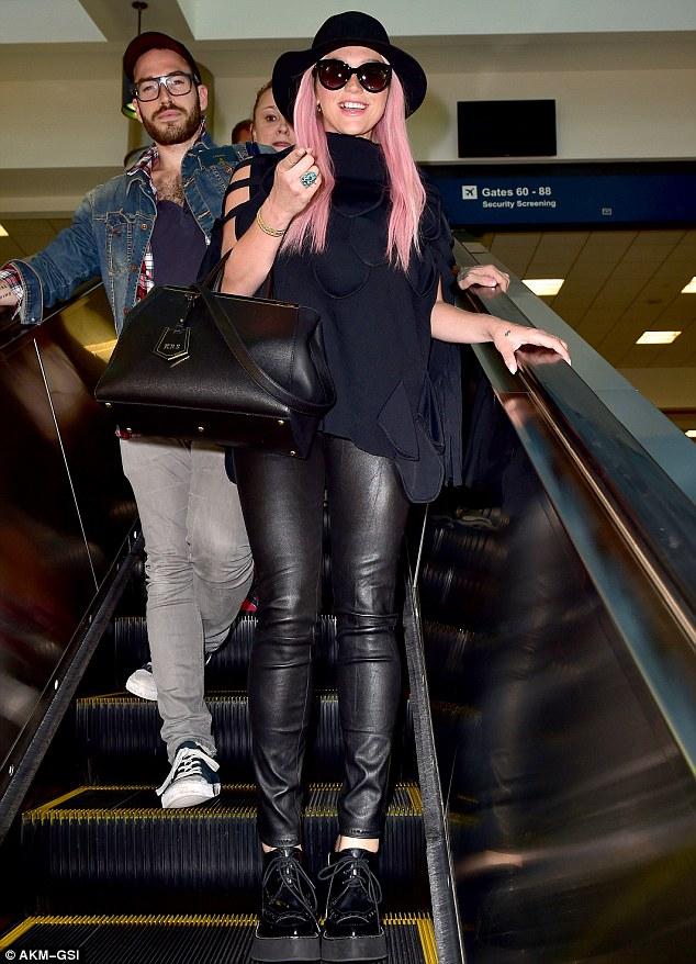 Kesha >> Galería [Candids, apariciones, paparazzi, etc.] - Página 13 Article-0-1F599B1B00000578-850_634x878