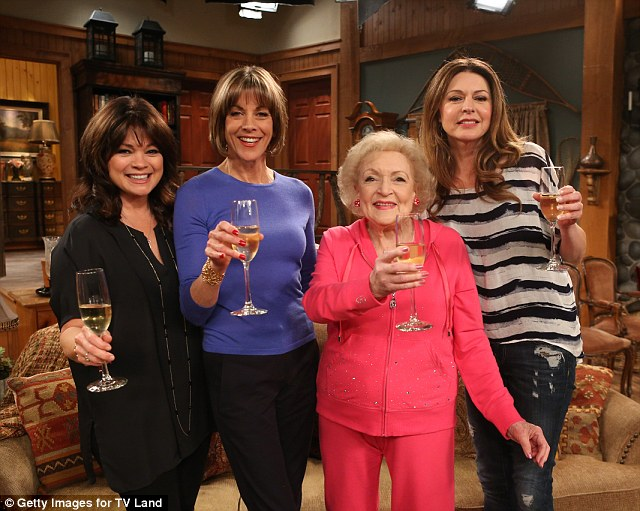 George Clooney and David Beckham in 'Hot in Cleveland' Article-2711991-20282FCE00000578-66_640x511