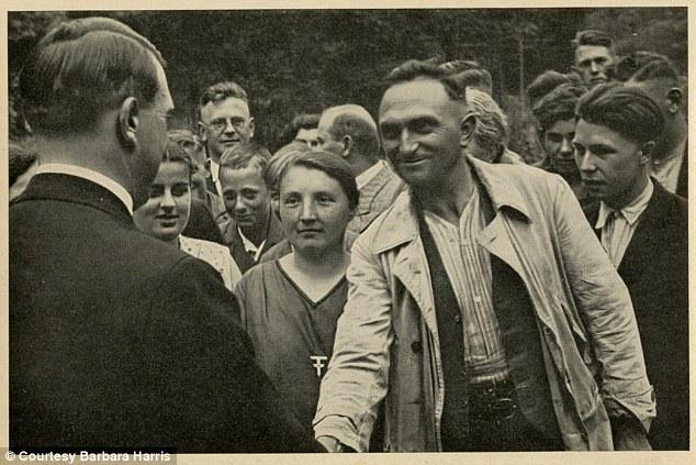 Descubren fotografías inéditas de Hitler 1409321891381_wps_4_ermany_Awakes_Group_32_Pi