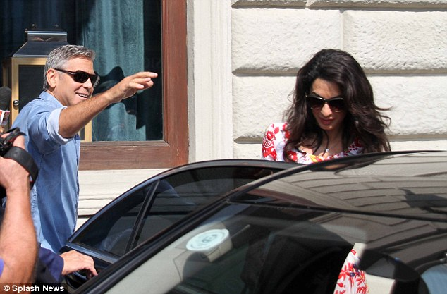 George Clooney leaving Florence Article-2748212-212F985D00000578-800_634x417