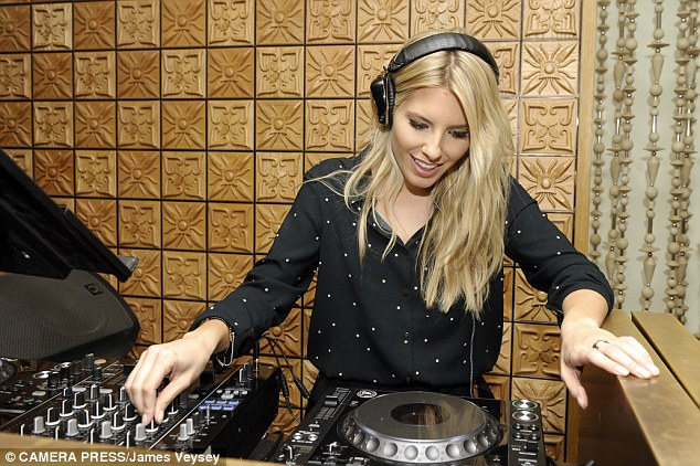 Galeria: Todas las fotos de The Saturdays [II] - Página 2 1411717810122_wps_14_Mollie_King_DJs_at_the_la