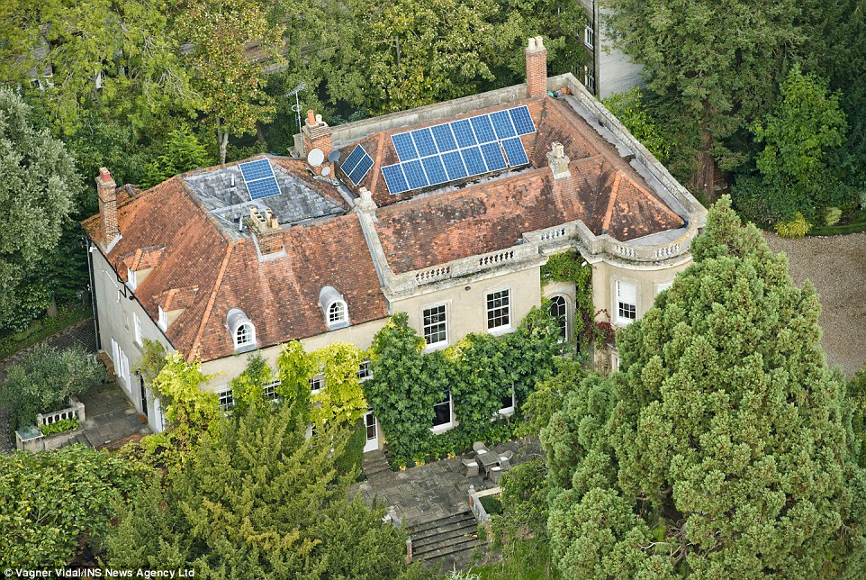 George Clooney's house in England - Page 2 1412952027999_wps_64_INS_News_Agency_Ltd_10_10