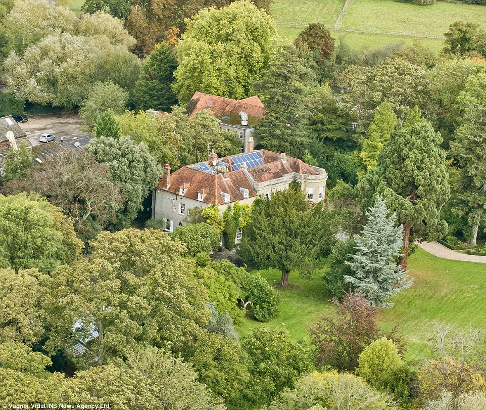 George Clooney's house in England - Page 2 1412952151727_wps_75_INS_News_Agency_Ltd_10_10