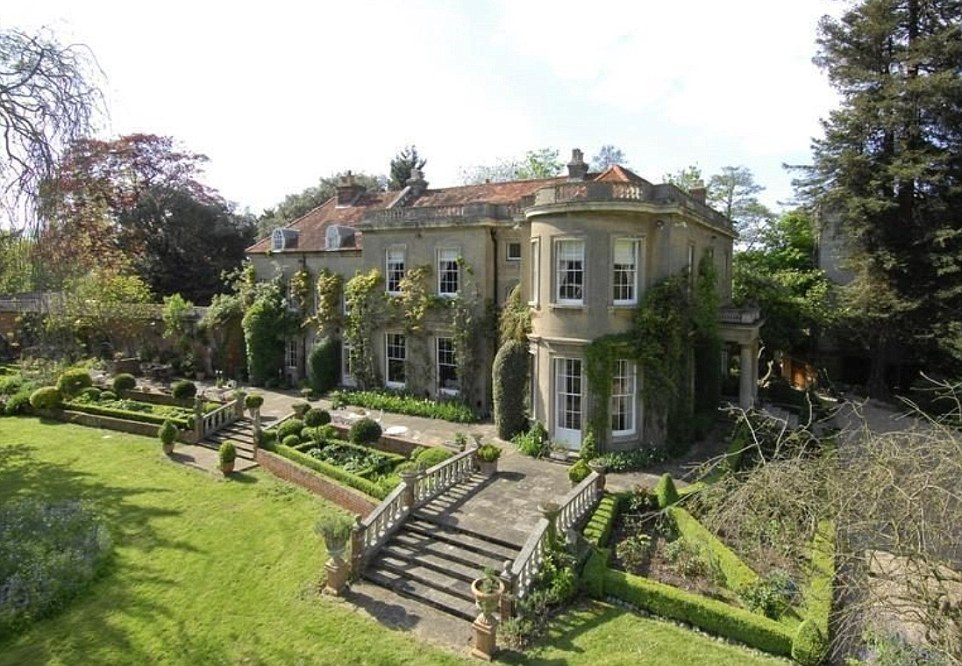 George Clooney's house in England - Page 2 1412958398714_wps_95_exteriors_and_interiors_o