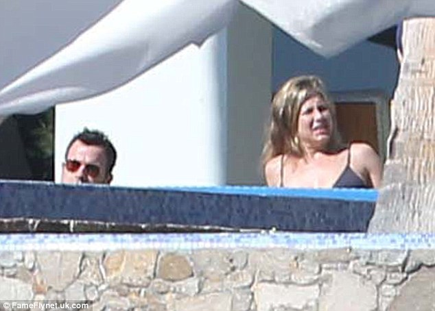 New Year's Eve party chez Casamigos, anyone? 24551D5400000578-2891538-NYE_vacation_Jennifer_Aniston_and_her_fianc_Justin_Theroux_jette-a-1_1419965311925