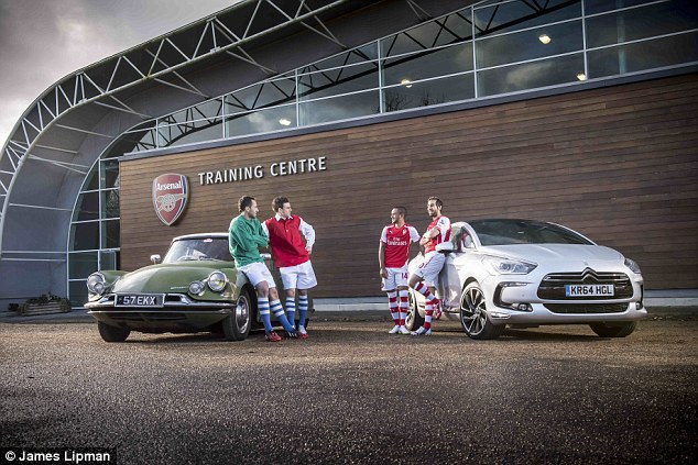 [ACTUALITE] Citroën/DS et le football - Page 5 2524C19900000578-2930059-Walcott_and_Flamini_right_wear_the_Gunners_current_strip_as_they-a-7_1422461142725