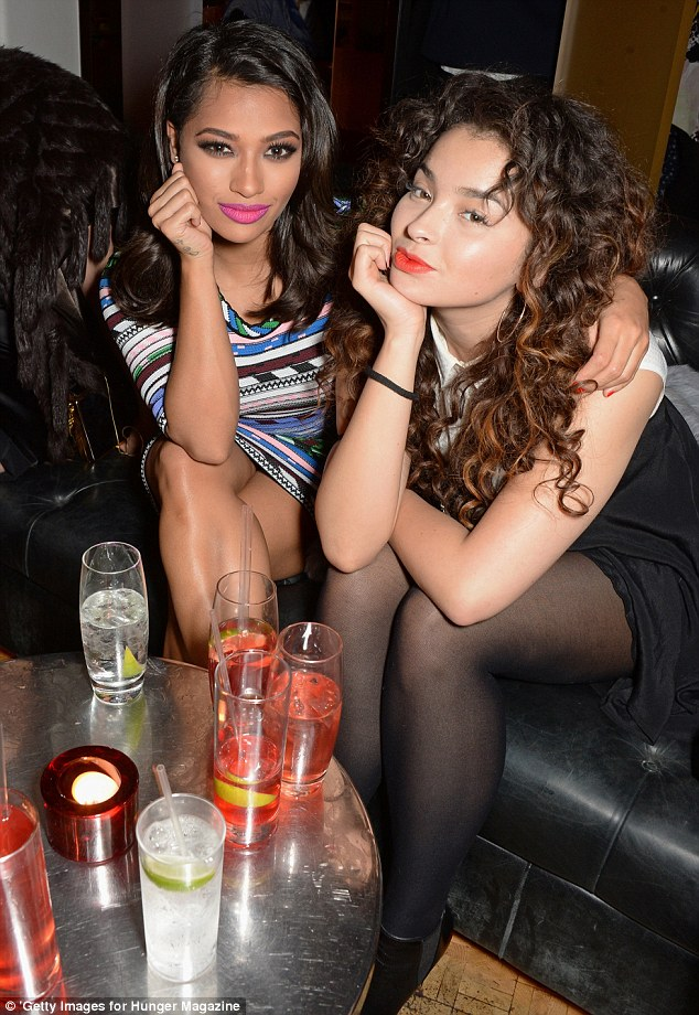 Galeria: Todas las fotos de The Saturdays [II] - Página 3 25E3B66500000578-2962479-Singers_united_Vanessa_and_Ella_enjoyed_drinks_and_a_chat_as_the-a-53_1424520969046
