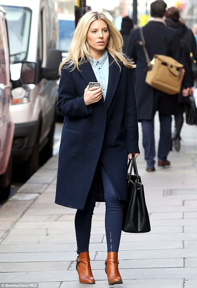 Saturday >> Mollie King - Página 24 26176B0E00000578-2969220-Stylish_arrival_Mollie_King_was_seen_making_a_chic_recovery_from-a-18_1424897731583