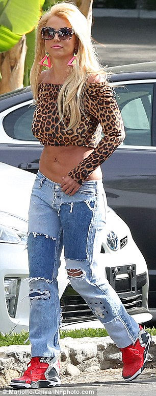 "Single >> ""Pretty Girls (Britney Spears & Iggy Azalea)"" [VÍDEO PÁG.1] - Página 5 27689FC300000578-0-image-m-34_1428606391609"