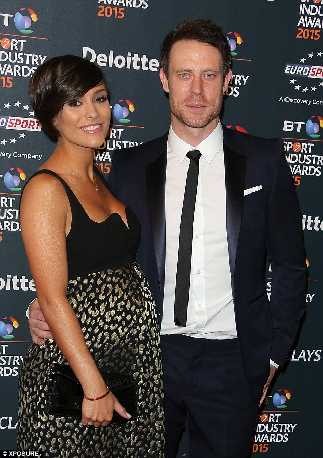Saturday >> Frankie Bridge - Página 24 282D278E00000578-3063102-Loved_up_Frankie_and_Wayne_put_on_an_affectionate_display_on_the-a-74_1430498579455