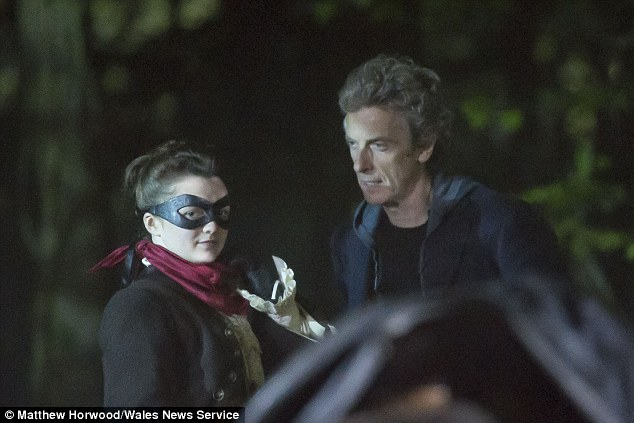 Maisie Williams (Arya Stark) - Σελίδα 3 284C065D00000578-3067334-About_time_lord_Maisie_chats_to_current_Doctor_Who_Peter_Capaldi-a-42_1430904259912