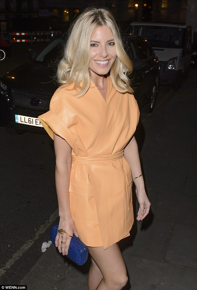 Saturday >> Mollie King - Página 24 28A4532E00000578-3080818-Stylish_sight_Mollie_27_sported_a_bold_lemon_yellow_leather_wrap-a-3_1431588964663