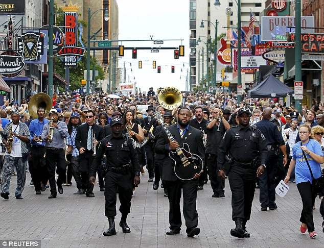Farewell to a blues legend: Thousands gather in Memphis to say goodbye to B.B. King with a moving musical tribute 291F3E6400000578-3100143-Tributes_to_a_legend_Thousands_gathered_in_Memphis_Tennessee_to_-a-76_1432806327423