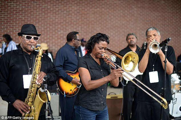 Farewell to a blues legend: Thousands gather in Memphis to say goodbye to B.B. King with a moving musical tribute 291F93B600000578-3100143-Freinds_B_B_King_s_band_members_above_play_during_a_concert_to_p-a-71_1432806327394