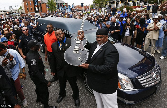 Farewell to a blues legend: Thousands gather in Memphis to say goodbye to B.B. King with a moving musical tribute 292000E700000578-3100143-Legend_Coleman_above_the_drummer_for_King_holds_up_one_of_King_s-a-69_1432806327388
