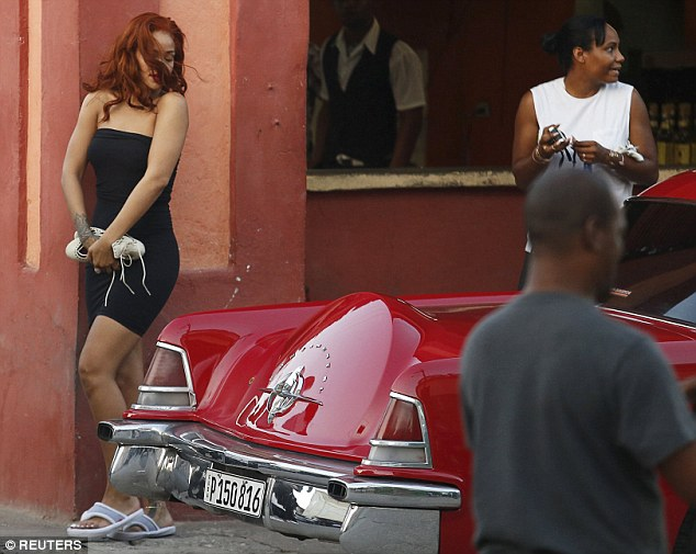 Fotos de Rihanna (apariciones, conciertos, portadas...) [16] - Página 20 2929A81F00000578-3102041-image-a-56_1432884592843