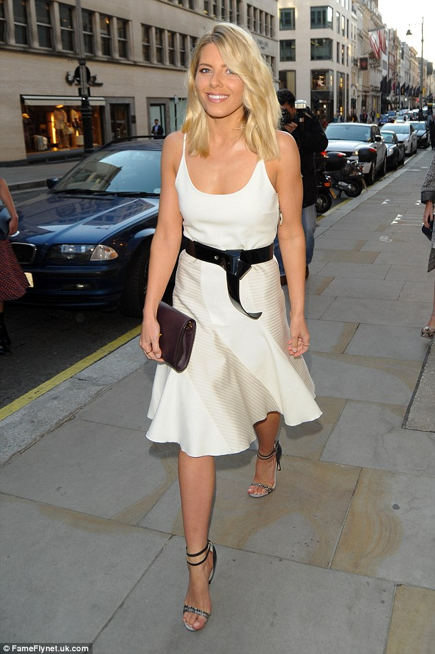 Saturday >> Mollie King - Página 25 2985CF1E00000578-3119550-Dressed_to_impress_Mollie_King_showed_off_her_slim_figure_in_a_f-a-9_1434010013004