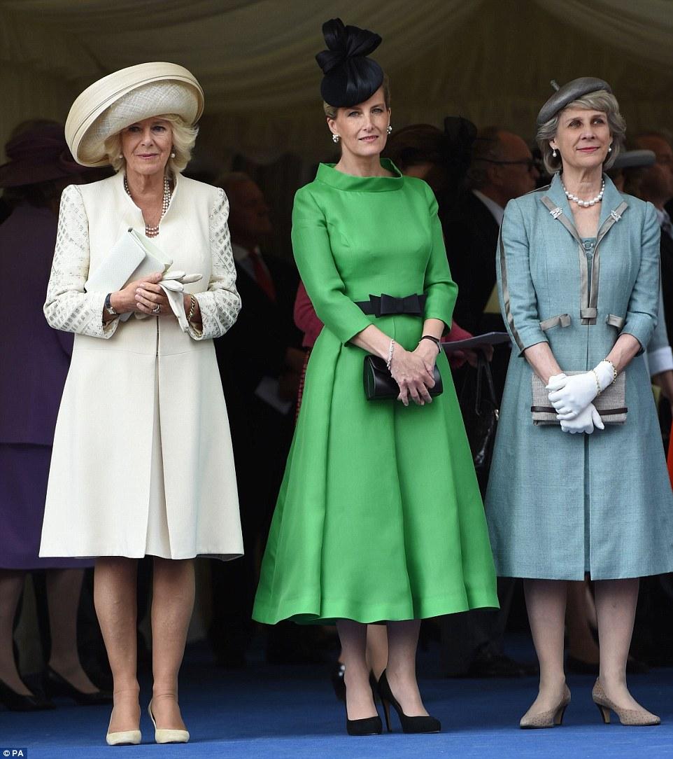Casa Real de Gran Bretaña e Irlanda del Norte. - Página 8 29A4799600000578-3124982-Looking_on_The_Duchess_of_Cornwall_and_Sophie_Countess_of_Wessex-m-49_1434388471546