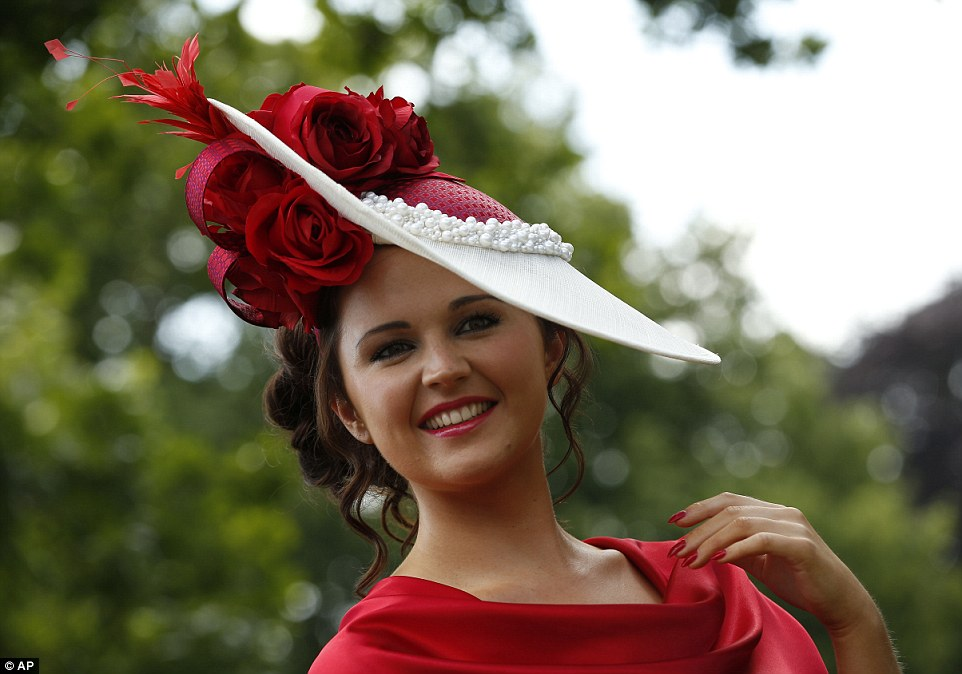 Royal Ascot 2015. - Página 5 29BBC39700000578-3129615-Bright_and_beautiful_A_lady_arrives_for_Gold_Cup_Day_at_Royal_As-a-2_1434630435358