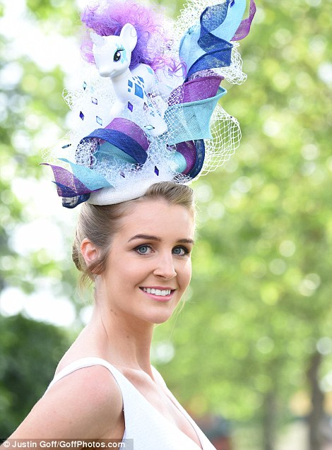 Royal Ascot 2015. - Página 5 29BBA62D00000578-3129615-Quirky_A_lady_arrives_wearing_a_design_inspired_by_My_Little_Pon-a-56_1434665805255