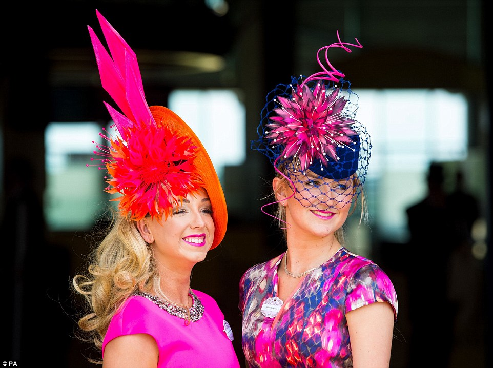 Royal Ascot 2015. - Página 6 29C5E43100000578-3131350-Bold_brights_Two_ladies_arriving_at_Royal_Ascot_show_off_their_o-a-120_1434725892984