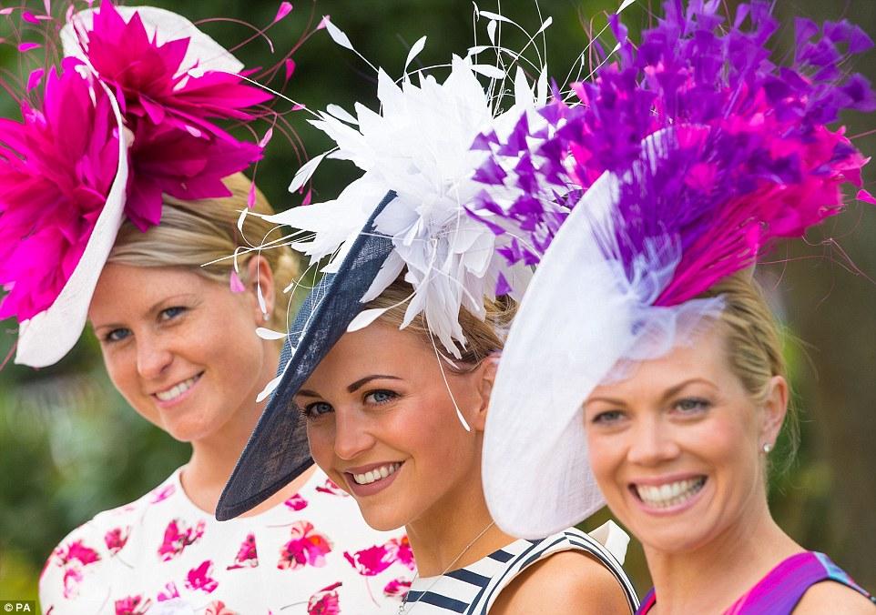 Royal Ascot 2015. - Página 6 29C6C19100000578-3131350-Friends_together_A_trio_of_ladies_show_off_their_impressively_la-a-123_1434725915031