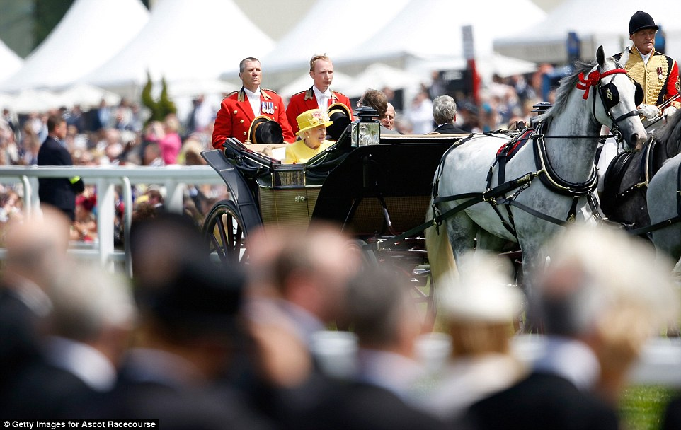 Royal Ascot 2015. - Página 6 29C75B4B00000578-3131350-Cheers_Applause_rang_out_around_the_racecourse_as_the_monarch_an-m-82_1434722865785